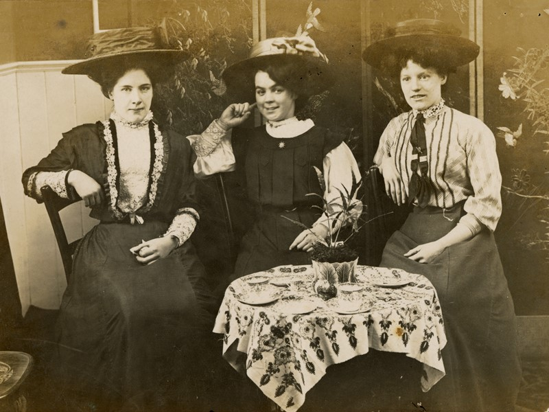 3 ladies at a table in a cafe in c 1912